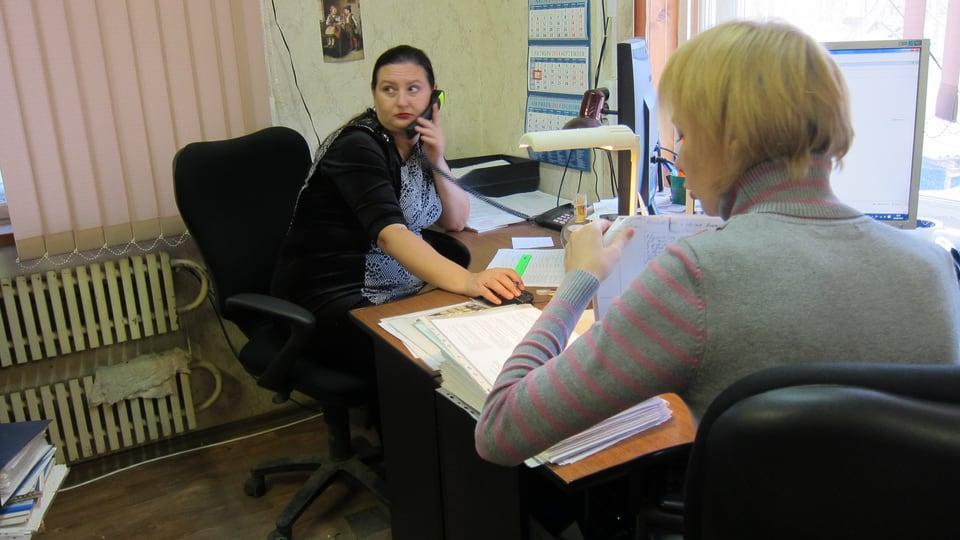 Buchhalterinnen sitzten im Büro.