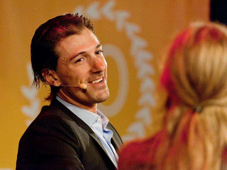 Fabian Cancellara auf der Bühne lachend.