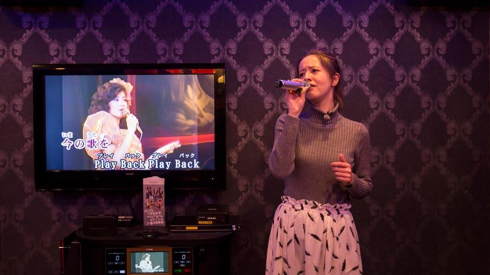 Die Halbschweizerin Christine Haruka beim Karaoke