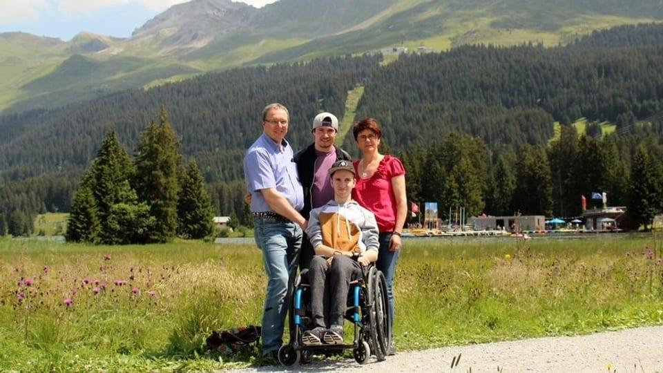 Dario Christen cun sia famiglia a Lai - il giuven sesa en sutga da rodas.