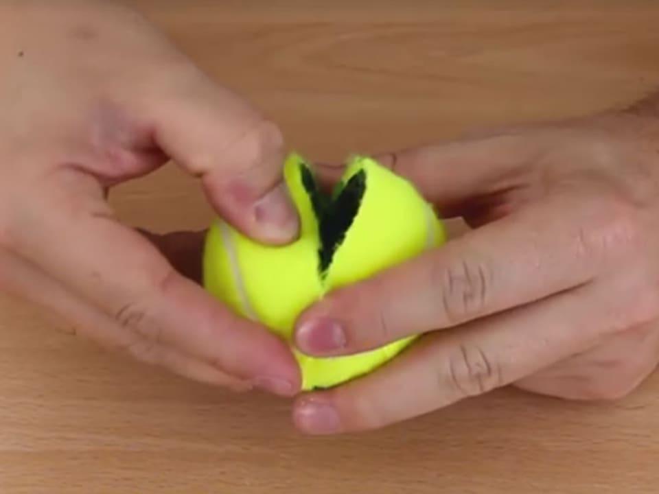 aufgeschnittener Tennisball.