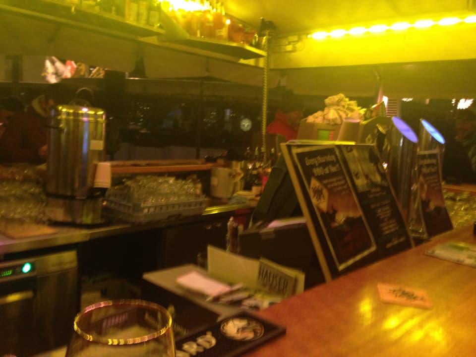 Die Roo-Bar unter freiem Himmel im Dorfzentrum gilt als jene Après-Ski-Location in St.Moritz, in welcher die Skilehrer-Dichte am höchsten ist.