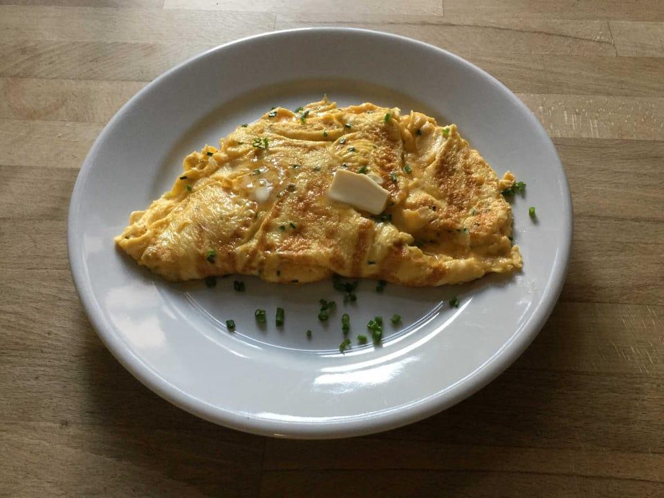 Omelette auf Teller angerichtet.