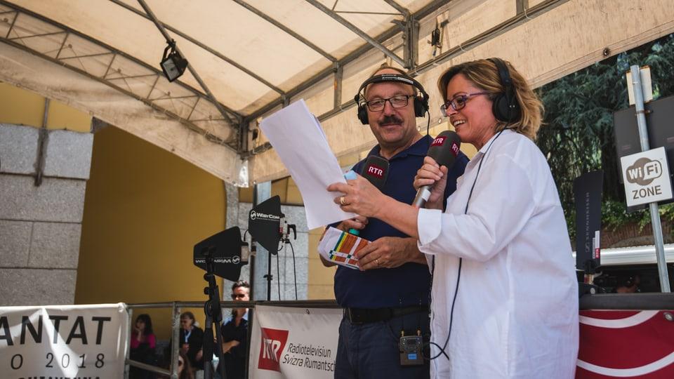 Carla Norghauer (RSI/ReteUNO) e Giuesp Giuanin Decurtins (RTR) han moderà in'emissiun da radio live da Chiavenna.