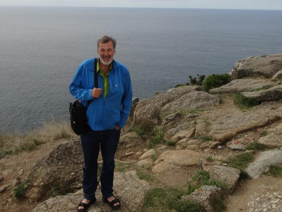 Pilgerexperte Josef Schönauer an der Küste in Finesterre