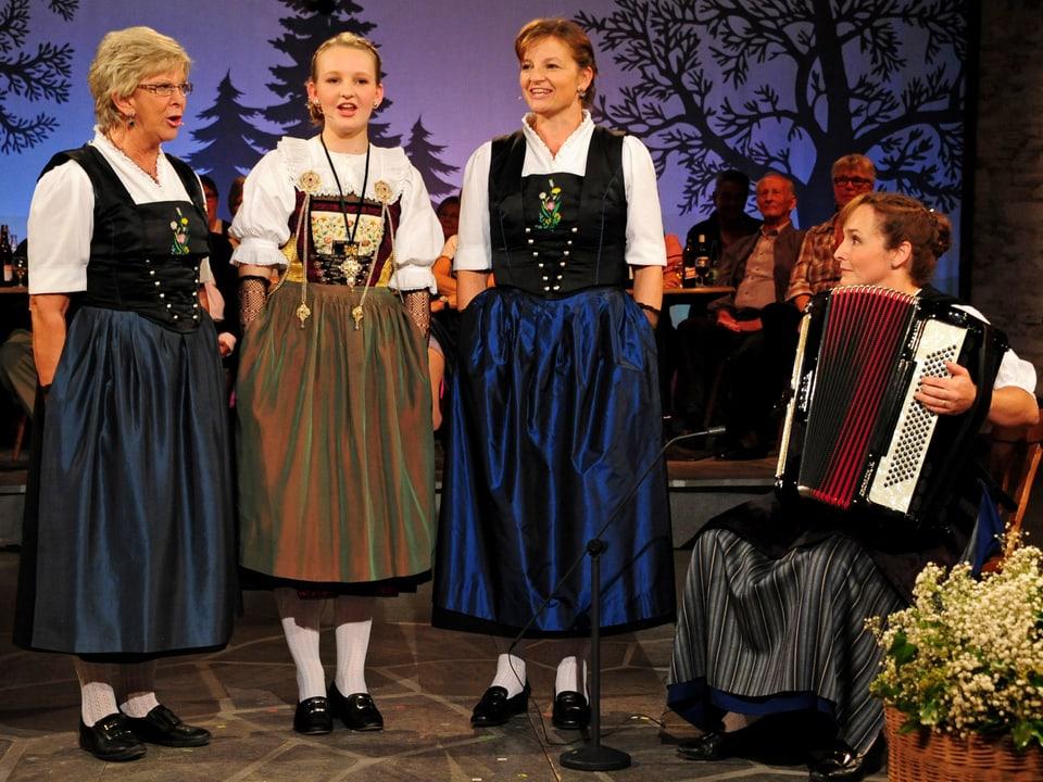 Marie-Theres von Gunten, Arlette Wismer und Priska Wismer mit Doris Erdin (Akkordeon).