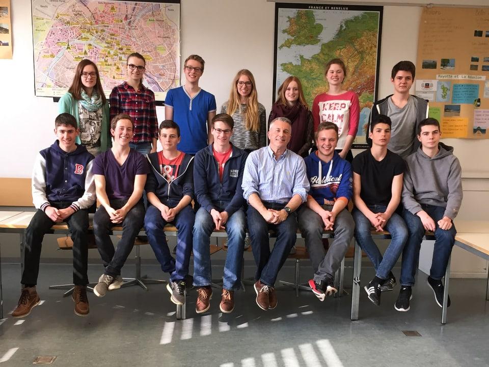 Schulklasse mit Moderator Reto Lipp in der Mitte