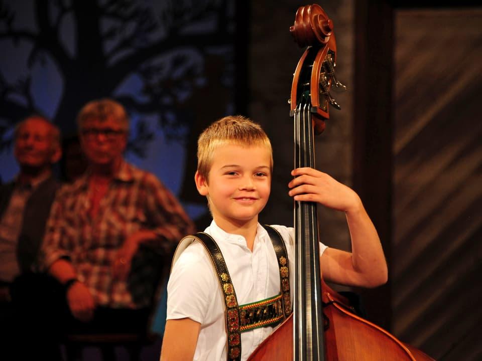 Am Kontrabass spielt ein kleiner Junge.