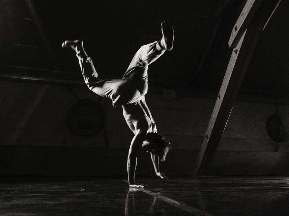 Kilian Haselbeck hat schon als kleiner Bub davon geträumt, als Tänzer auf der Bühne zu stehen. Heute ist sein Traum Wirklichkeit und er reist als Profitänzer rund um die Welt. Virus Voyage trifft Kilian in Chur.