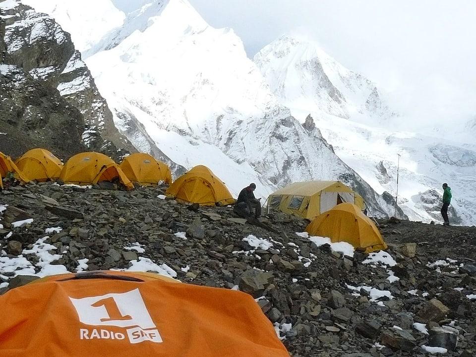 Radio SRF 1 Logo vor dem Zeltlager.
