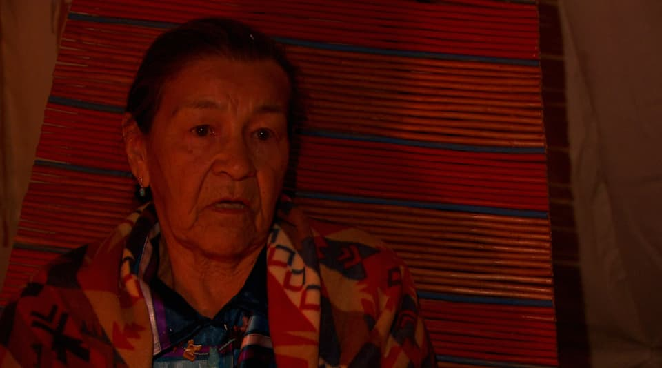 Doreen Spence, ein alte indianerin im Feuerschein welche erzählt