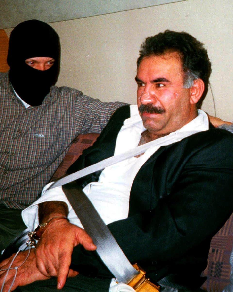 Öcalan in Handschellen und bewacht