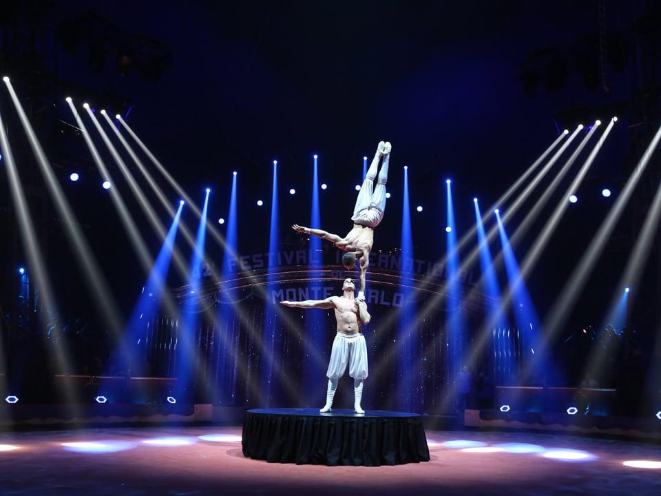 Artist stemmt Partner auf einer Hand in die Höhe.
