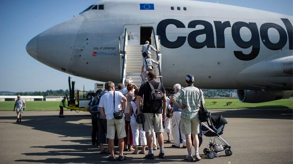 Menschenschlange vor der Boardtreppe an der Boeing 747.
