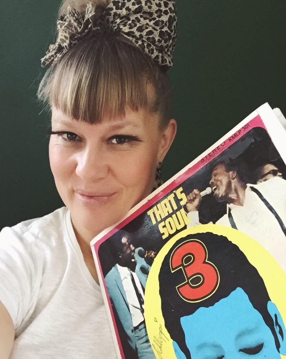 Nicole Bernegger mit Schallplatte