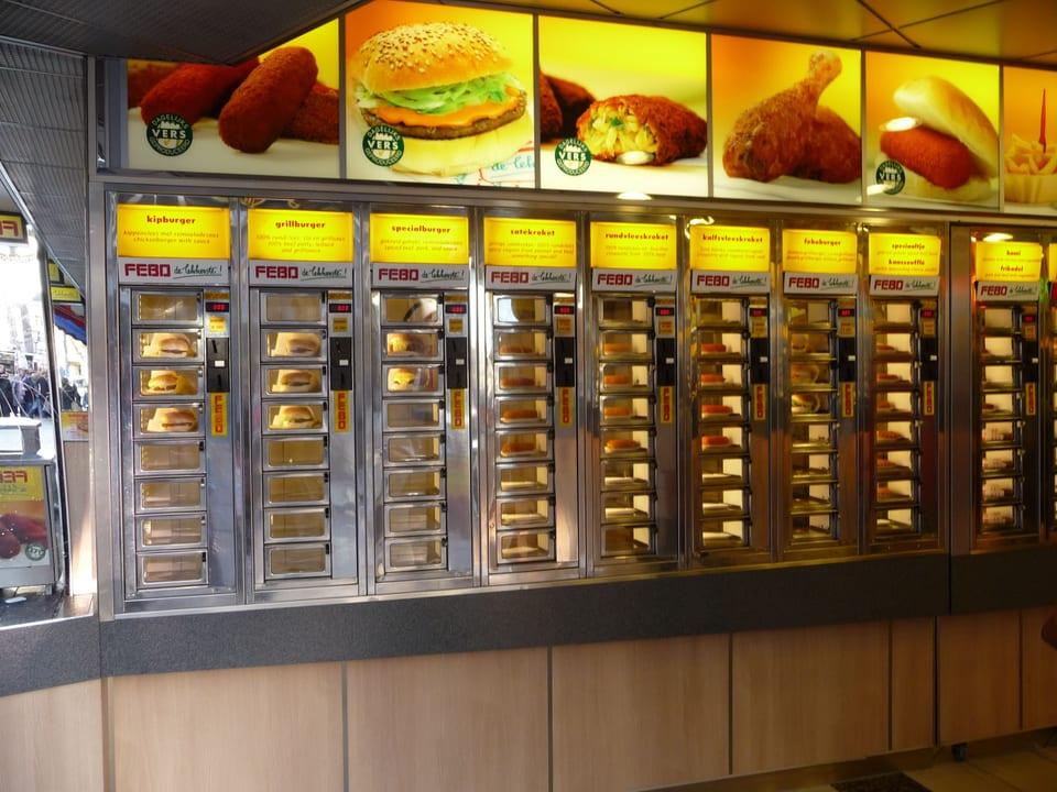 Ein Automat mit rund 100 kleinen Fächern, in denen Take-away-Gerichte lagern.