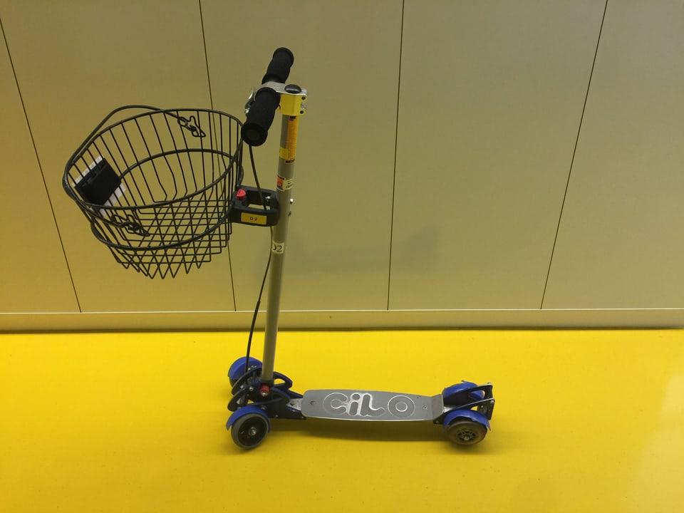 Scooter steht im Spitalgang.