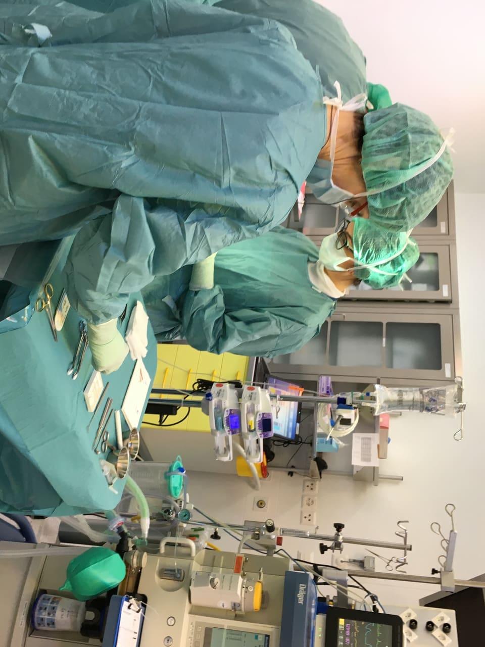 Hier lässt sich eine Patientin an Bauch und Hüfte Fett absaugen.