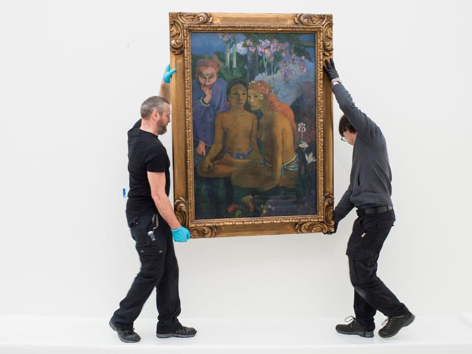 Zwei Männer tragen ein Gauguin-Bild.