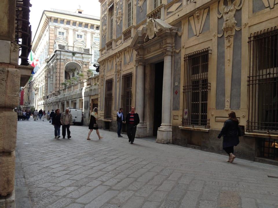 Vista sin la Via Garibaldi cun plirs imposants palazis.