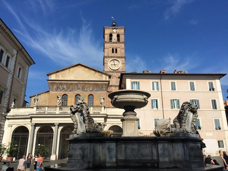Piazza Sta. Maria a Trastevere – il centrum dil quartier nua che Pia Candinas viva dapi il 1971
