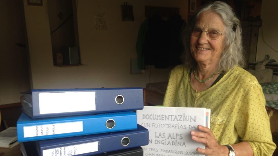 Annetta Catarina Ganzoni cun sia documentaziun da las alps en Engiadina.