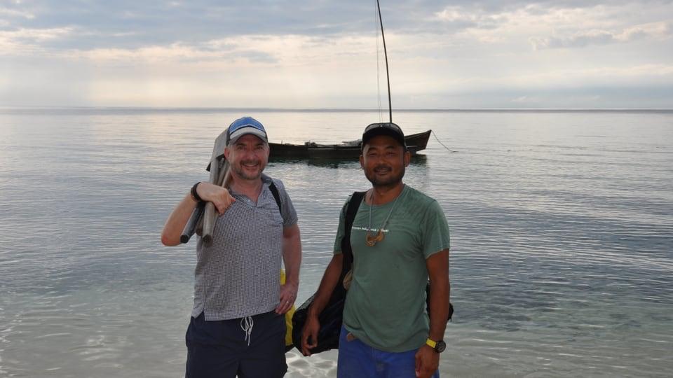 Patrick Rohr und Bootsbauer Tomohiro Yoshida auf der Insel Ishigaki