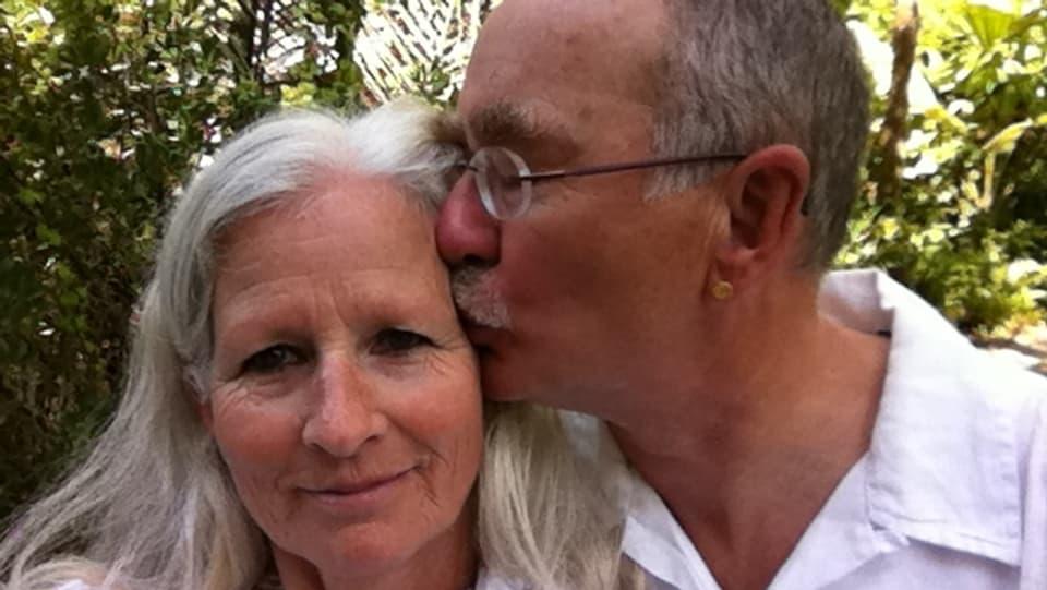 Erich drückt Monica Rubitschung von der Seite einen Kuss auf die Backe.