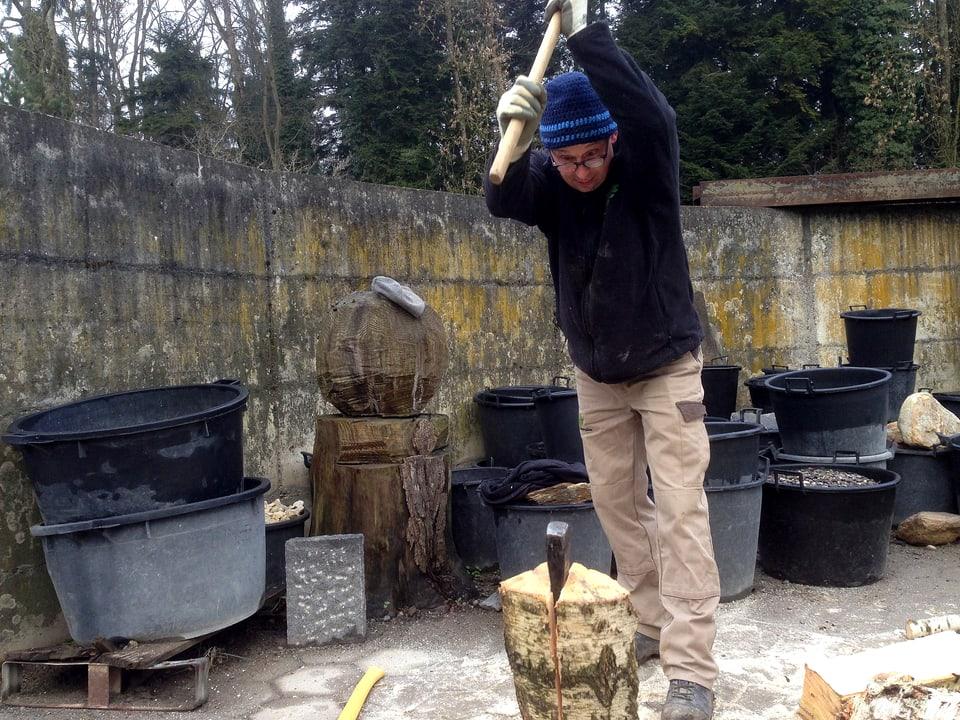 Philipp Galizia beim Holzspalten.