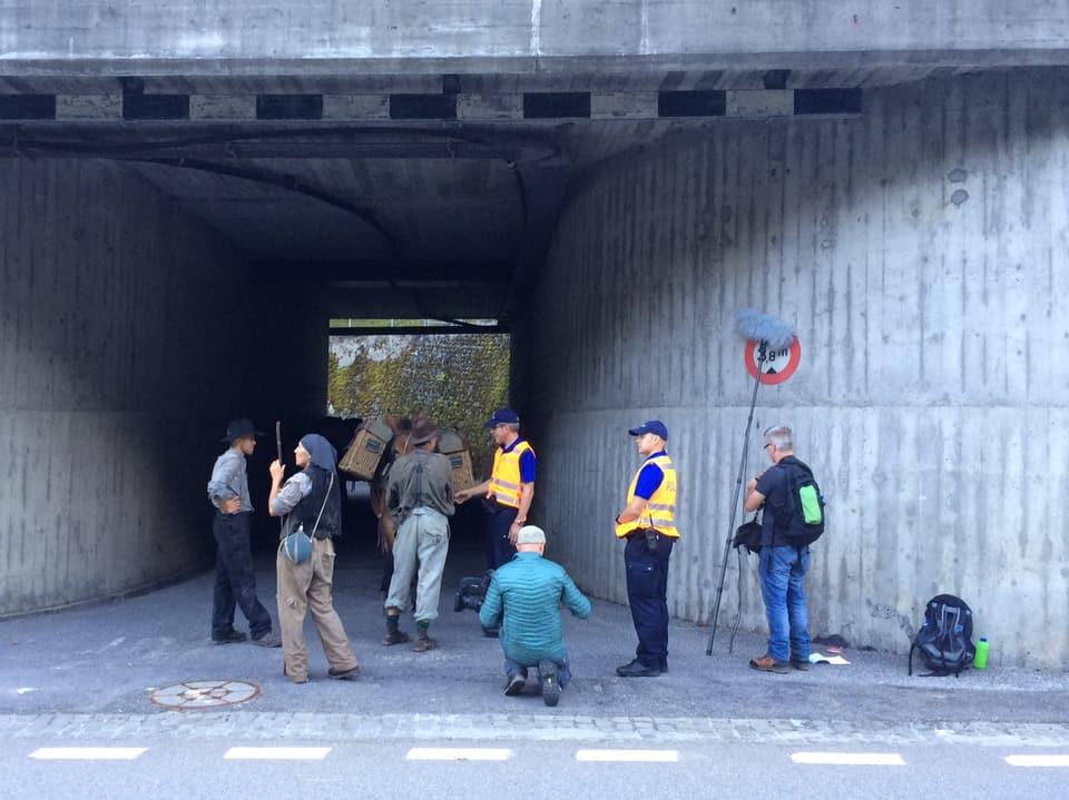 Filmcrew und Polizisten neben einer Kantonsstrasse