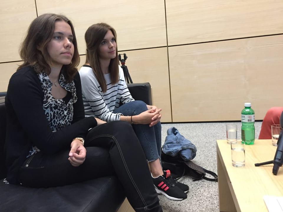 Zwei junge Damen auf dem Sofa.
