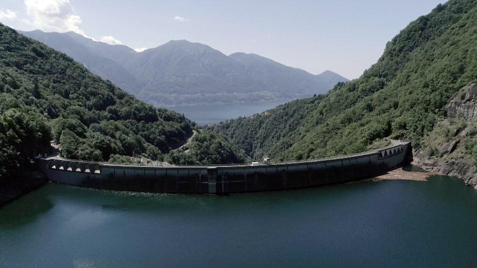 Luftaufnahme vom Stausee mit Blick auf die Staumauer und das Verzascatal.