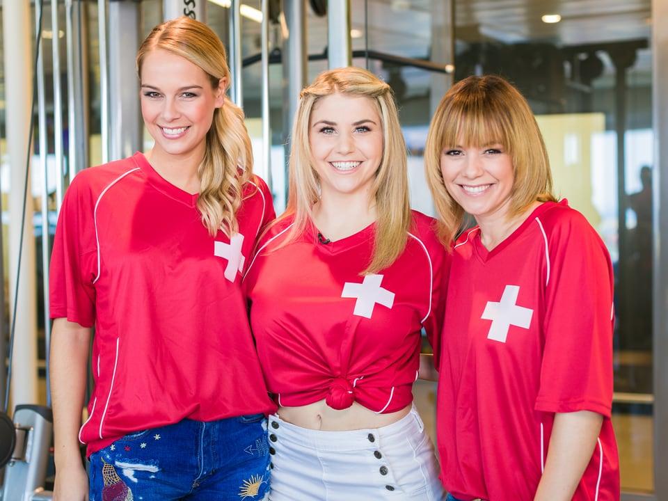 Linda, Beatrice und Francine im Schweiz Trikot posieren fürs Foto