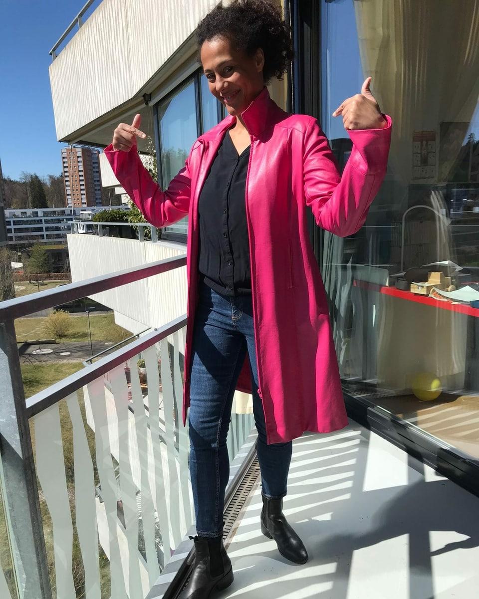 Angelique Beldner im pinken Mantel