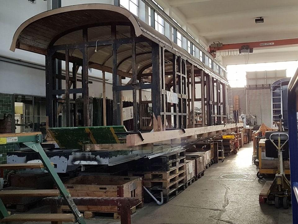 Alter Bahnwagen in der Werkstatt.