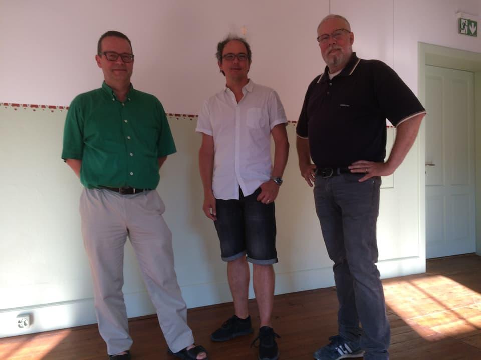 Drei Männer in einem Restaurant.