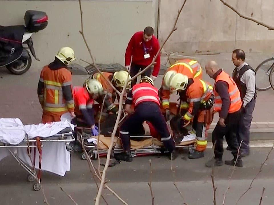 Medizinisches Hilfspersonal birgt Verletzte.