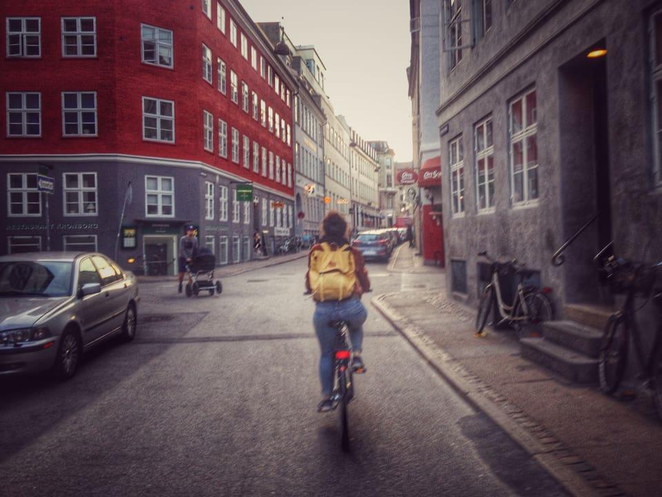 Ursina Giger durant far ina tura cun velo tras Copenhagen.