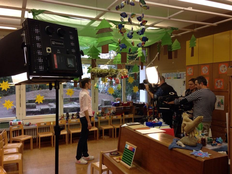 Corinne Waldmeier und das Filmteam beim Dreh in einem Kindergarten.
