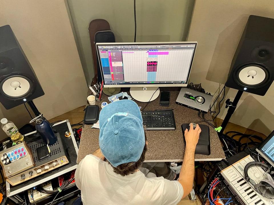 Marcus Petendi en la reschia dal «Flat Peak Studio»