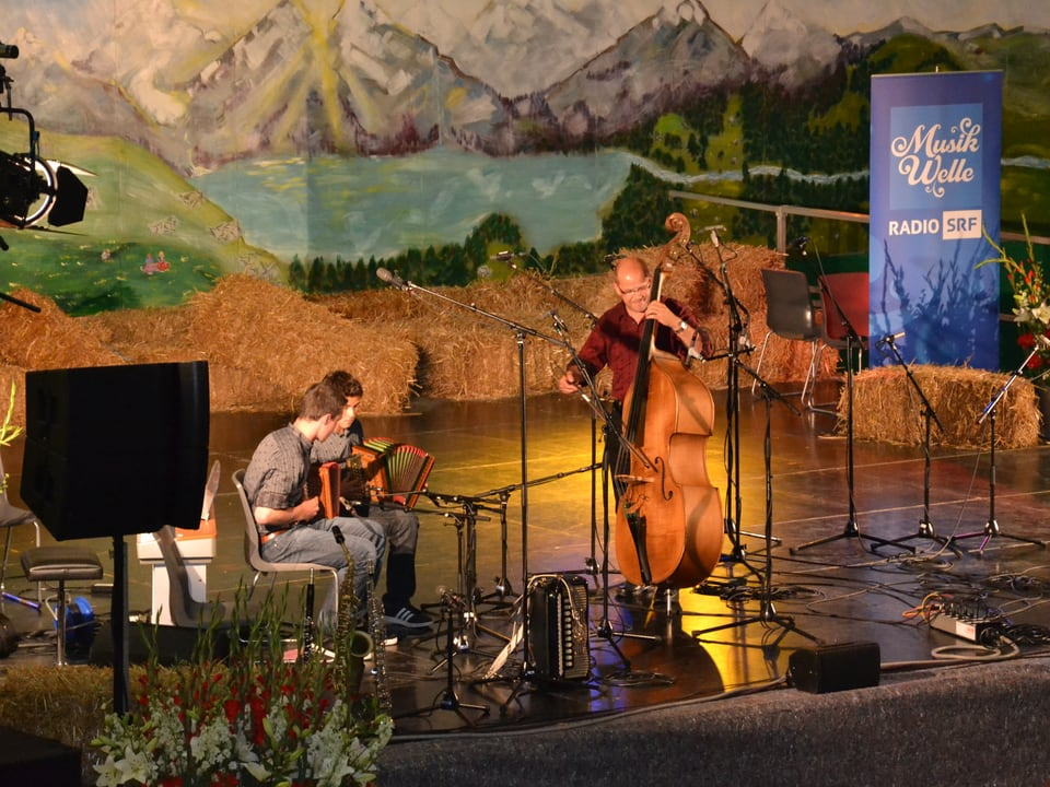 Das Trio Fankhauser, Schenk, Zaugg aus der Distanz fotografiert, während ihrem Auftritt beim Wettbewerb «Folklorenachwuchs 2013».