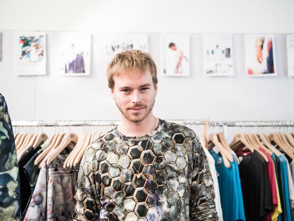 Jungdesigner Julian Zigerli aus Zürich entwirft Mode für Männer und hat dabei ungewöhnliche Inspirationsquellen. Er gilt als einer der vielversprechendsten Jungdesigner der Schweiz und hat es mit seiner aktuellen Kollektion sogar schon nach Mailand zu Armani geschafft.