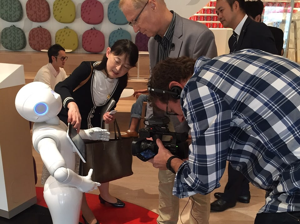 Kameramann filmt Roboter.
