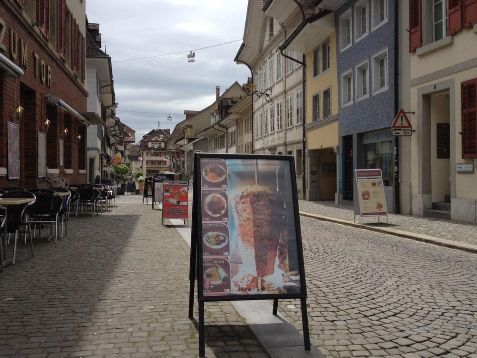Zofingen international - an den Stadteingängen im Norden und Süden bergüssen einen Kebabwerbungen.