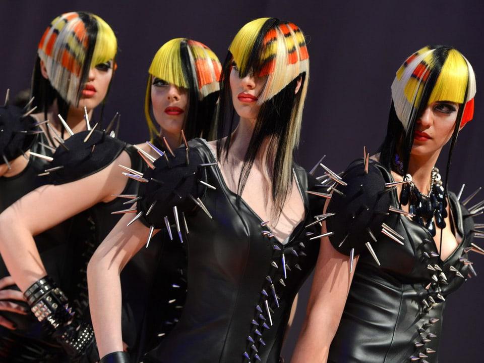 Frauen mit bunt gefärbten Haaren und schrägen Haarschnitten.