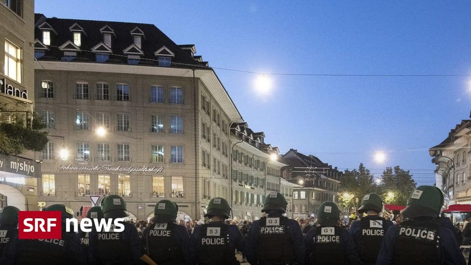 Corona-Demo in Bern - Demonstranten provozieren – Polizei antwortet mit Wasserwerfer