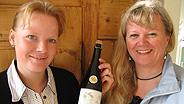 Patricia Dähler und Esther Schaefer mit ihrem Schaumwein.