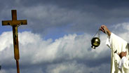 Dunkle Wolken über der katholischen Kirche.