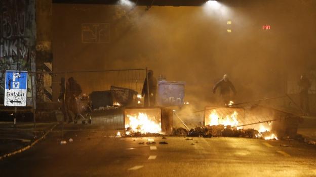 Unbekannte errichteten Strassenblockaden und gingen auf die Polizei los.