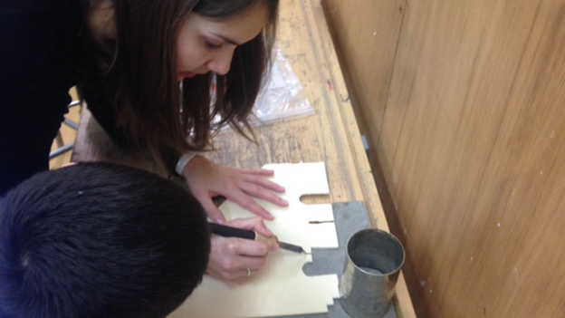 Muriel Carrara im Werkunterricht mit einer 4. Klasse in Brugg/AG.